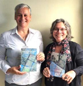 """Alcione e Luiza – em mãos, o livro """"Pedagogia Psicodramática e Educação Consciente"""""""